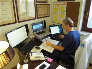 Il Dr. Lino Calvani nel suo studio